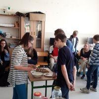 Zespół Szkół w Staninie - Powrót do korzeni - wyrabianie masła i sera
