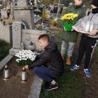 Zespół Szkół w Staninie - Porządkowanie grobów poległych żołnierzy, księży